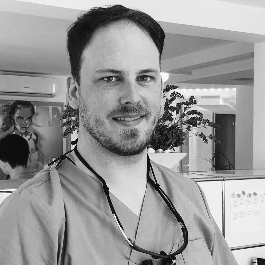 Fachzahnarzt für Oralchirurgie Simon Grammig